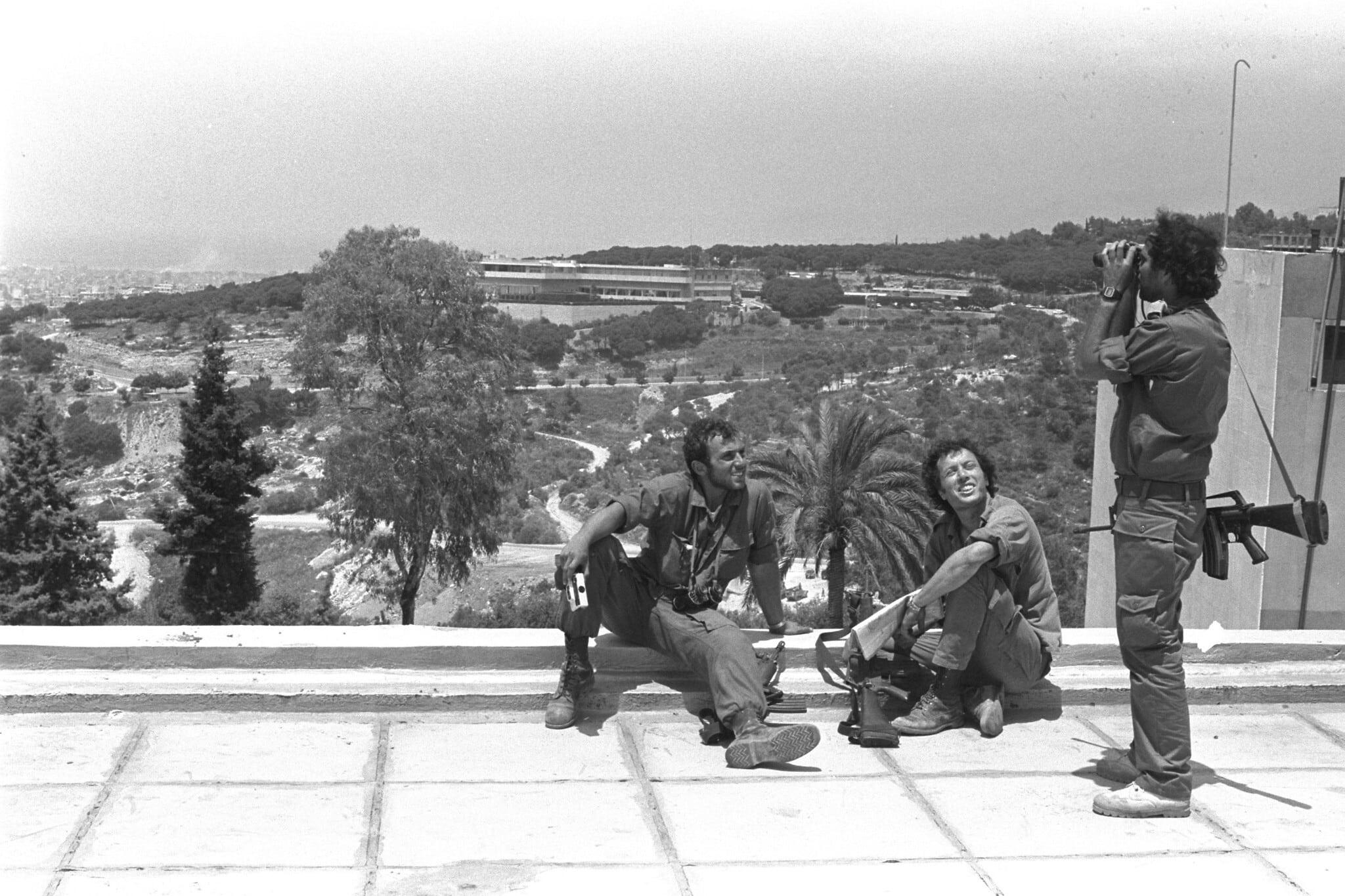 אילוסטרציה: חיילים ישראלים נחים על גג הצופה על ביתו של נשיא לבנון בפאתי ביירות, 16 ביוני 1982 (צילום: לשכת העיתונות הממשלתית/יואל קנטור)