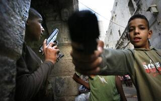 ילדים משחקים עם נשק במזרח ירושלים, ארכיון (צילום: Michal Fattal/Flash90)