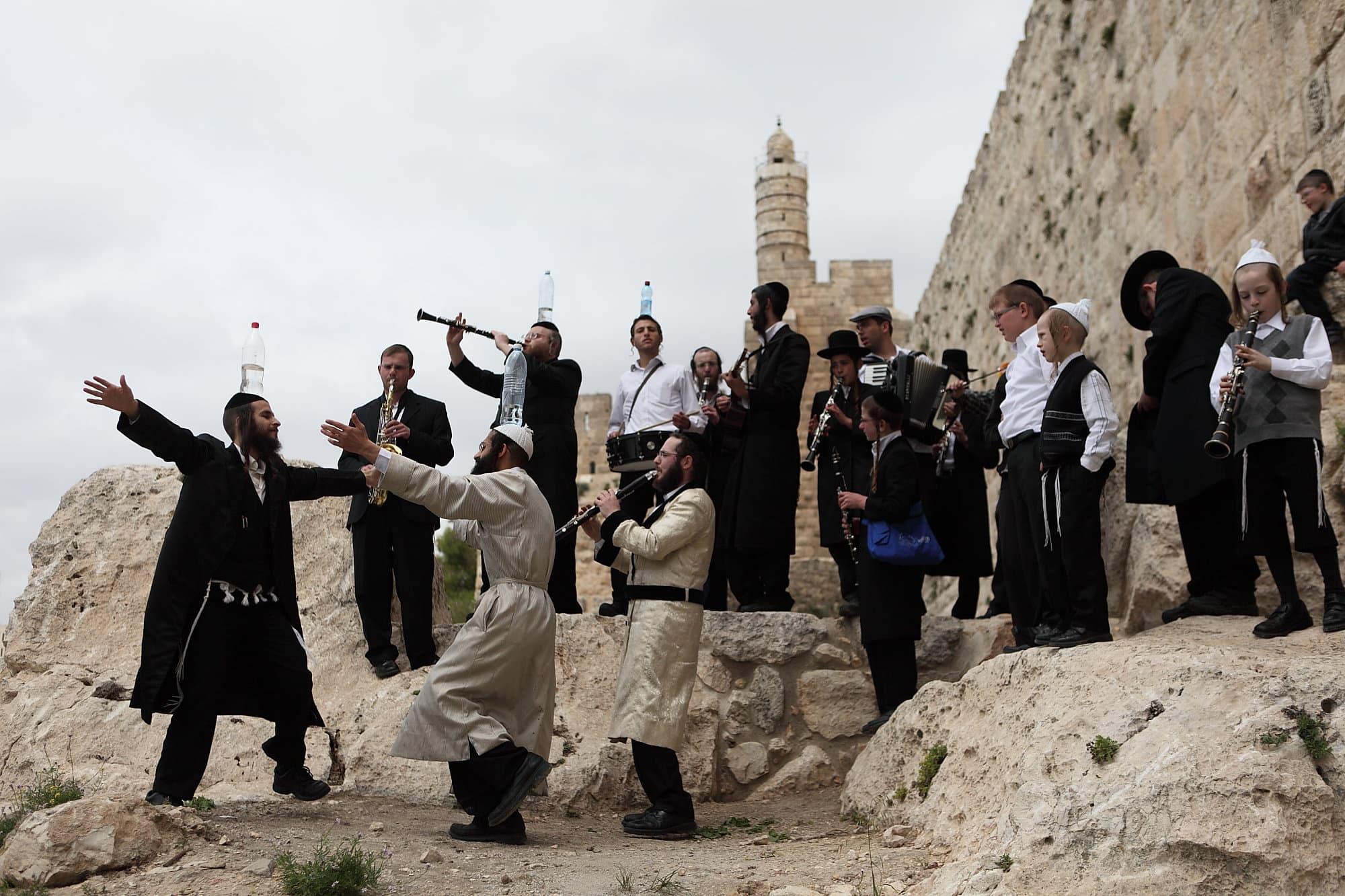 נגני כליזמר על רקע חומות ירושלים (צילום: Yaakov Naumi/Flash90)