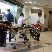 פינוי פצועים, שנפגעו בפיגוע בנמל התעופה בבורגס, 19 ביולי 2012 (צילום: רוני שוצר, פלאש 90)