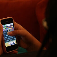 צרכן משתמש בטלפון נייד, צילום ארכיון, 2013 (צילום: נתי שוחט, פלאש 90)