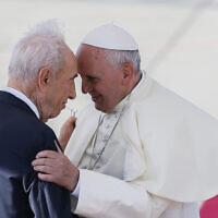 .האפיפיור פרנסיסקו ונשיא המדינה דאז שמעון פרס בישראל, 2014 (צילום: Miriam Alster/Flash90)