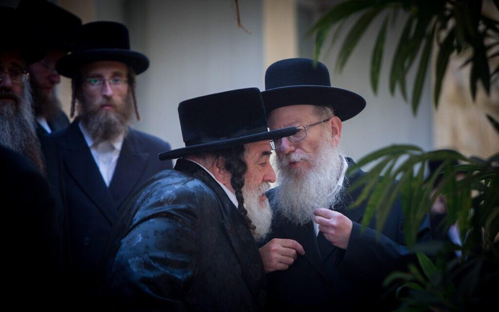 הרב ישראל הגר משושלת חסידות ויז'ניץ (משמאל), משוחח עם סגן שר הבריאות לשעבר, יעקב ליצמן . תצלום ארכיון, אוגוסט 2015 (צילום: Yonatan Sindel/Flash90)