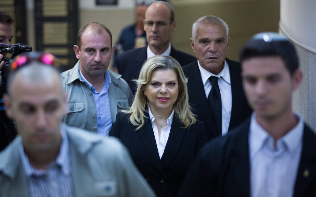 """שרה נתניהו מגיע להעיד במשפט בתביעת גיא אליהו, עובד לשעבר במעון רה""""מ, 2015 (צילום: Yonatan Sindel/Flash90)"""