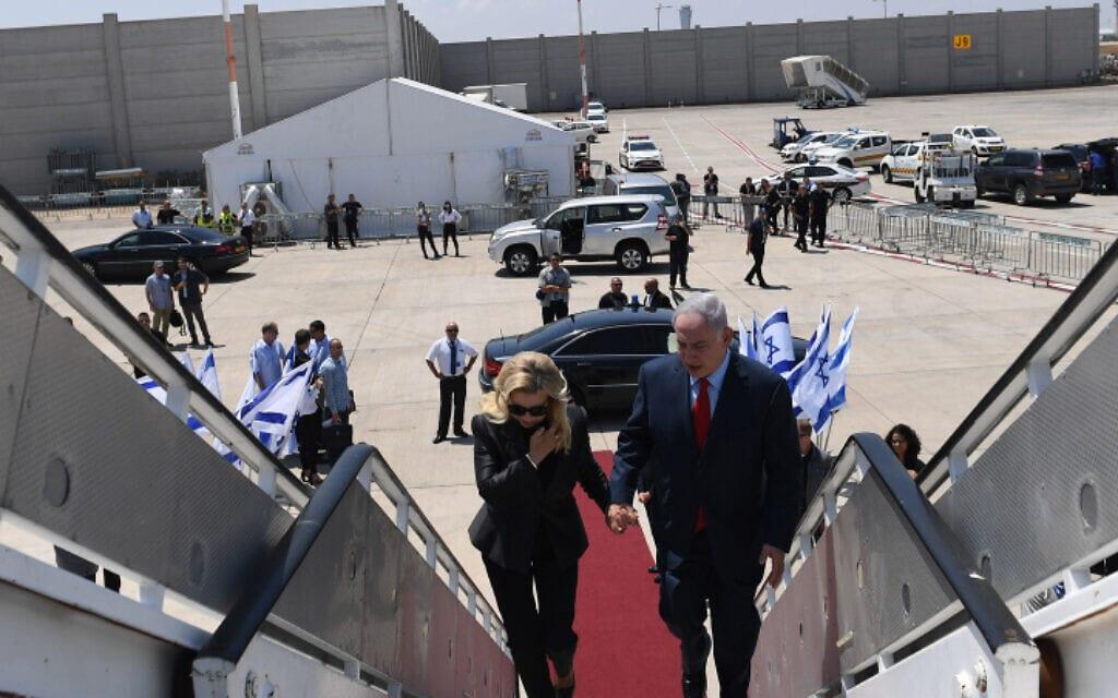 """ראש הממשלה בנימין נתניהו ואשתו שרה על כבש המטוס בנמל התעופה בן-גוריון, 30 ביוני 2017 (צילום: קובי גדעון, לע""""מ)"""