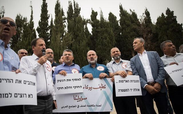 ראשי הקהילה הערבית וחברי כנסת מפגינים על היעדר המעורבות של משטרת ישראל באלימות ורצח במגזר הערבי והבדואי. מאי 2018 (צילום: Hadas Parush/Flash90)