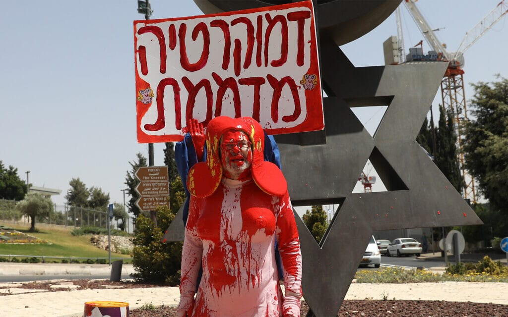 זאב אנגלמאיר, לבוש בדמותו כשושקה, במיצג מחאה מחוץ לכנסת ב-27 במאי 2019 (צילום: נועם רבקין פנטון/פלאש90)