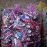 בקבוקים קטנים ופחיות משקה למיחזור, 2019 (צילום: Miriam Alster/FLASH90)