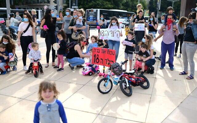מחאת הורים נגד סגירת גני הילדים במאי (צילום: Tomer Neuberg/Flash90)