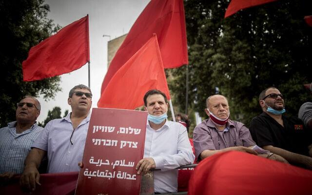 """צעדת מחאה של המגזר הערבי בקריאה לשוויון אזרחי. במרכז: ח""""כ איימן עודה, מאי 2020 (צילום: Yonatan Sindel/Flash90)"""