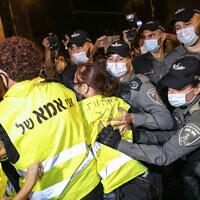 משטרה מתעמתת עם אמהות בצהוב במחאת בלפור (צילום: Olivier Fitoussi/Flash90)