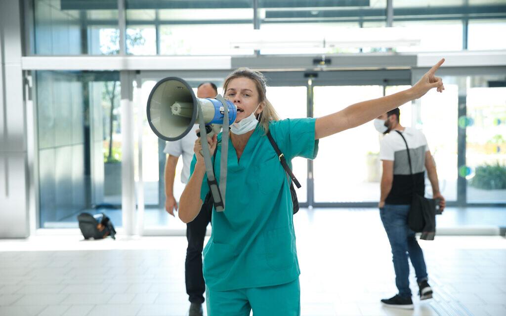 הצוות הרפואי מוחה במהלך ביקורו של שר הבריאות יולי אדלשטיין בבית החולים אסותא באשדוד, 20 באוגוסט 2020 (צילום: פלאש 90)