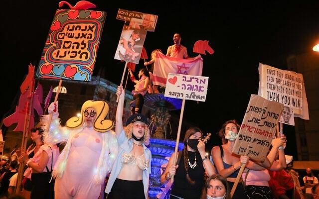 זאב אנגלמאיר ומפגינים אחרים במתחם בלפור ב-29 באוגוסט 2020זאב אנגלמאיר ומפגינים אחרים במתחם בלפור ב-29 באוגוסט 2020 (צילום: אוליבייה פיטוסי/פלאש90)