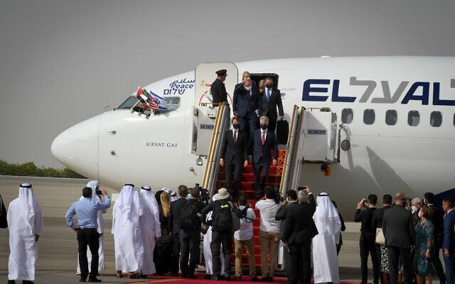 המשלחת הישראלית נוחתת באבו דאבי בטיסת הבכורה של אל על לאיחוד האמירויות, ב-31 באוגוסט 2020 (צילום: Matty Stern/U.S. Embassy Jerusalem)