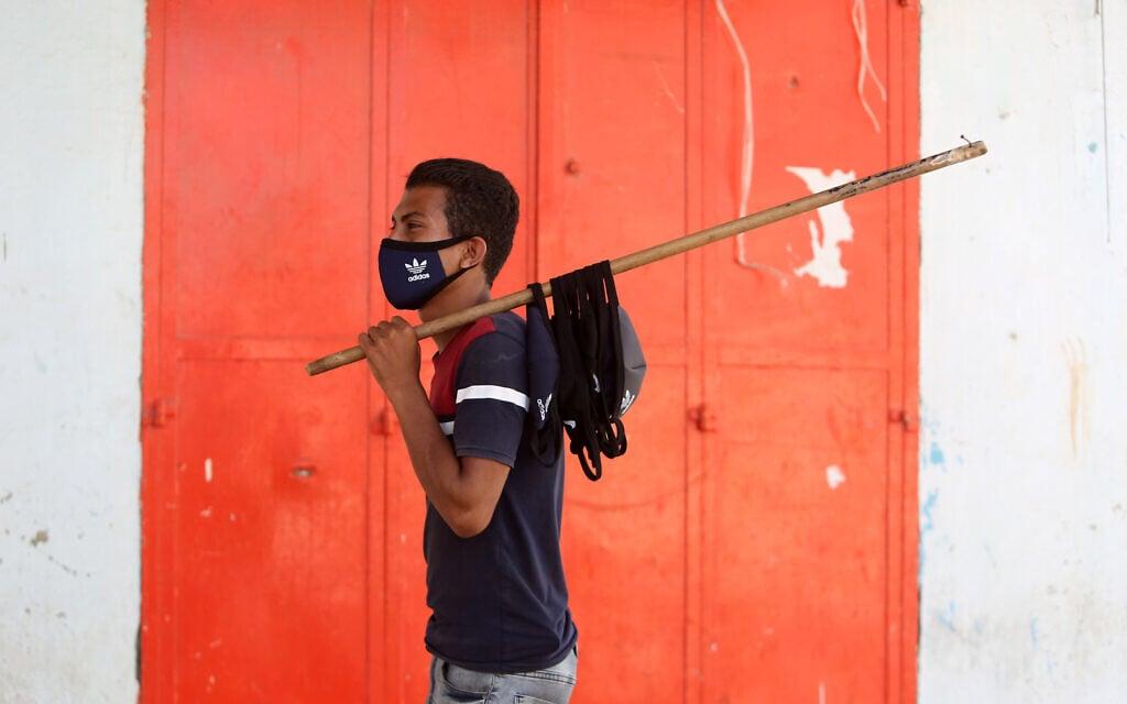 אילוסטרציה, מוכר מסכות צעיר ברצועת עזה, ספטמבר 2020 (צילום: Abed Rahim Khatib/Flash90)