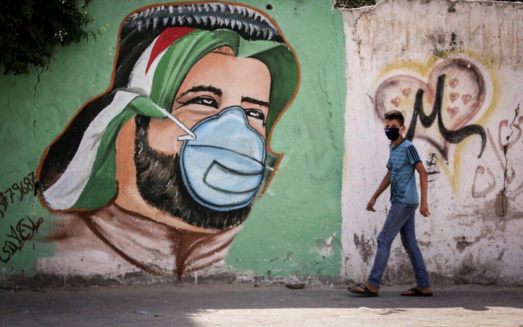 אמנים פלסטינים ציירו ציורי קיר כחלק ממסע להגברת המודעות למאבק בקורונה בעזה, ספטמבר 2020 (צילום: Abed Rahim Khatib/Flash90)
