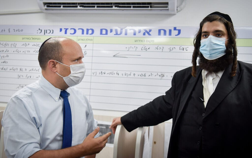 """נפתלי בנט וראש עיריית אלעד ישראל פרוש בעת ביקור של יו""""ר ימינה בעיר, 6 בספטמבר 2020 (צילום: פלאש90)"""