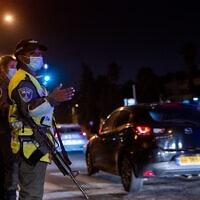 כוחות משטרה ליד שכונת רמות בליל הסגר הראשון -40 ערים עקב מגיפת הקורונה (צילום: Yonatan Sindel/Flash90)