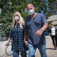 ציפי רפאלי ובעלה רפי רפאלי ליד בית משפט השלום בתל אביב, 13 בספטמבר 2020 (צילום: מרים אלסטר, פלאש 90)