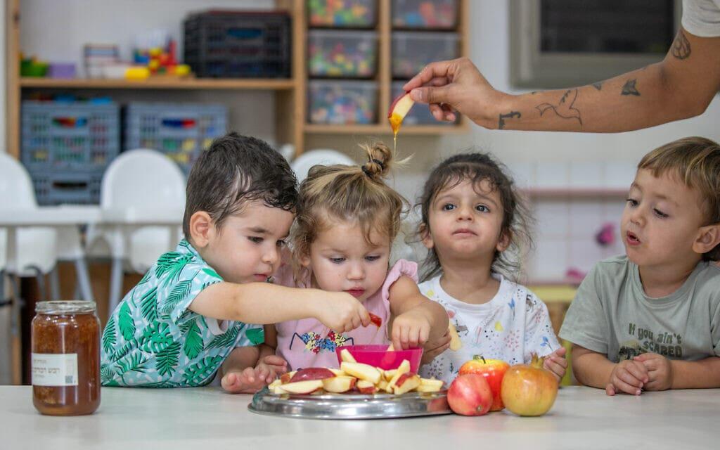 אילוסטרציה, ילדי מושב ישרש נערכים לראש השנה, ספטמבר 2020, למצולמים אין קשר לנאמר (צילום: Yossi Aloni/Flash90)