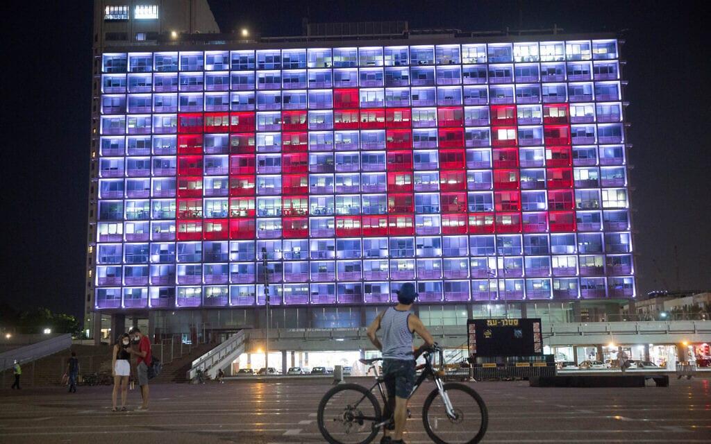 המילה שלום על בניין העירייה בככר רבין בתל אביב, 15 בספטמבר 2020 (צילום: מרים אלסטר / פלאש 90)