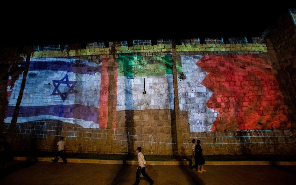 דגלי ישראל, אמירויות ובחריין על הקיר של העיר העתיקה בירושלים, 15 בספטמבר 2020 (צילום: יונתן סינדל / פלאש 90)