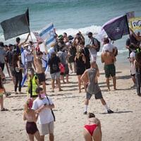 מחאה נגד הסגר השני בחוף פרישמן בתל אביב, 19 בספטמבר 2020 (צילום: מרים אלסטר/פלאש90)