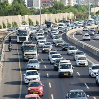 פקקי תנועה בכביש 4 ליד גבעת שמואל, ב-21 בספטמבר 2020 (צילום: אבשלום ששוני/פלאש90)