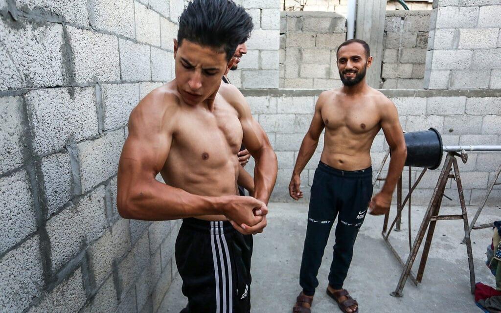 אילוסטרציה, מפתחי גוף מתאמנים ברפיח במהלך סגר, ספטמבר 2020 (צילום: Abed Rahim Khatib/Flash90)