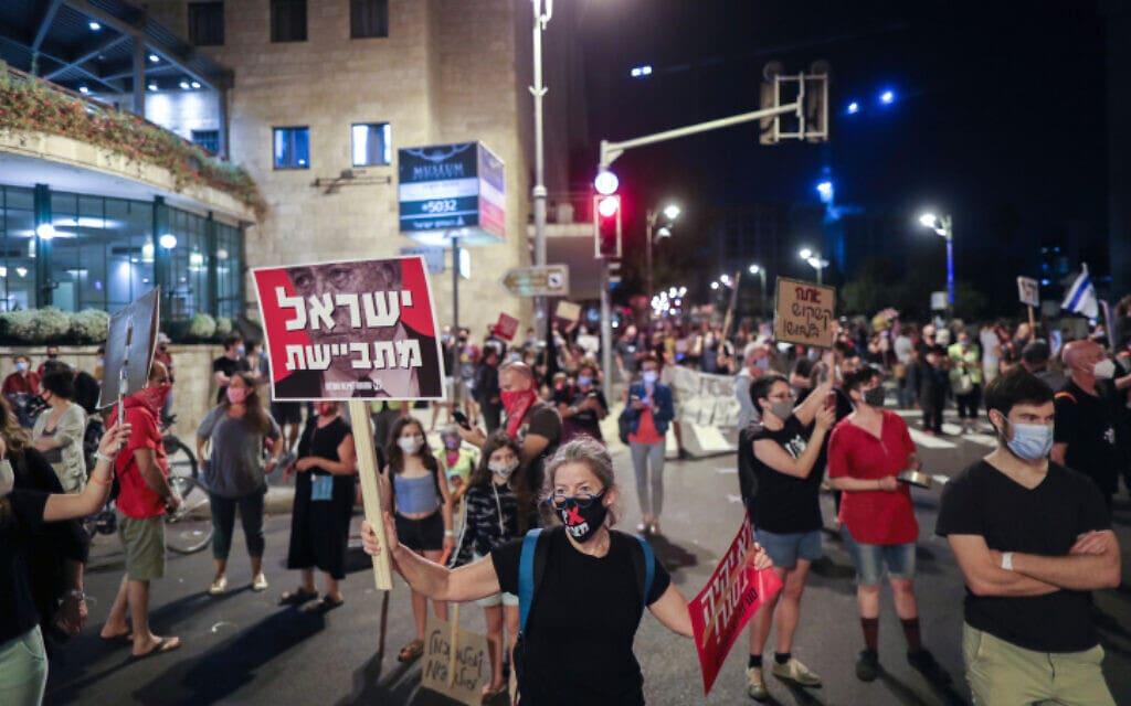 מפגינים מוחים נגד נתניהו ליד בית ראש הממשלה בירושלים, 26 בספטמבר 2020 (צילום: יונתן זינדל, פלאש 90)