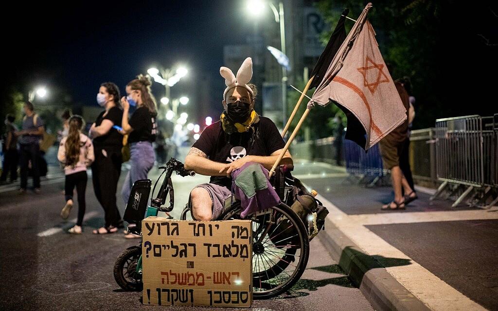 מפגין נגד נתניהו בבלפור, 26 בספטמבר 2020 (צילום: יונתן זינדל/פלאש90)