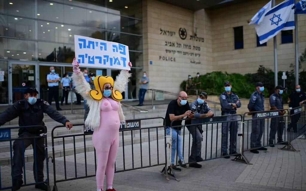 """זאב אנגלמאייר (""""שושקה"""") מפגין מחוץ למחוז תל אביב של המשטרה שם קיימו השרים אוחנה, אדלשטיין ומ""""מ המפכ""""ל מסיבת עיתונאים, 29 בספטמבר 2020 (צילום: תומר נויברג / פלאש 90)"""