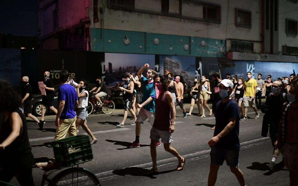 הפגנה נגד נתניהו ליד מחוז תל אביב של המשטרה, 29 בספטמבר 2020 (צילום: תומר נויברג / פלאש 90)