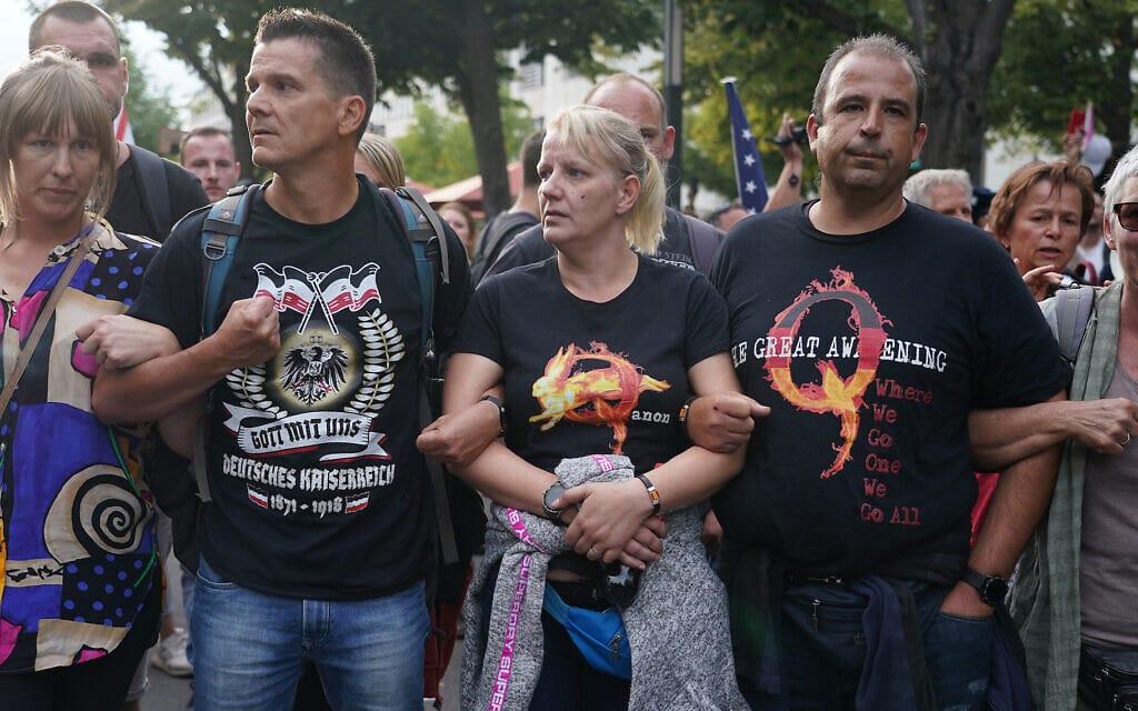 קבוצת גרמנים התומכים בתיאוריית הקנוניה של QAnon מפגינים בברלין, 29 באוגוסט 2020. באותו יום, בהשראת QAnon, הסתערה קבוצת קיצונים גרמנים על הפרלמנט (צילום: Sean Gallup/Getty Images)