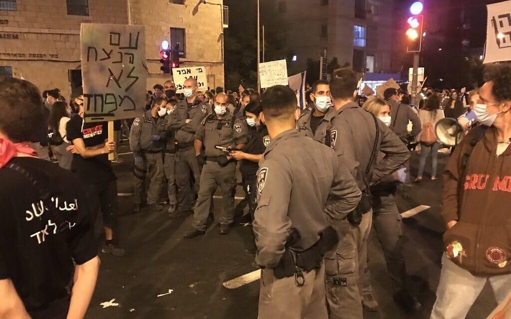 השוטרים בבלפור, לא שומרים על כללי הריחוק החברתי. 26 בספטמבר 2020 (צילום: אמיר בן-דוד)