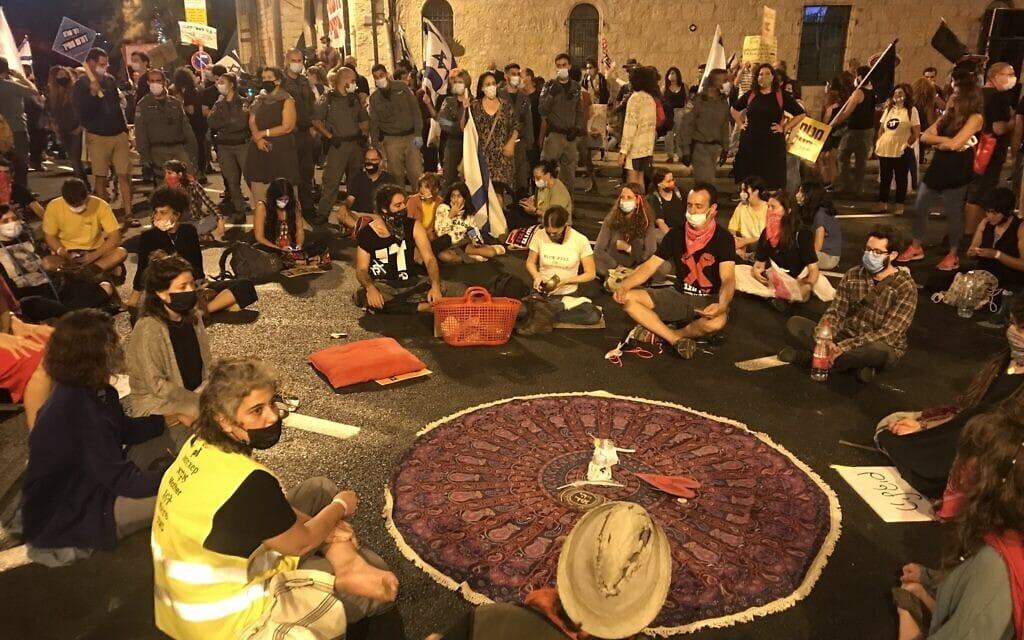 מדיטציה בפתח ההפגנה בבלפור. 26 בספטמבר 2020 (צילום: אמיר בן-דוד)