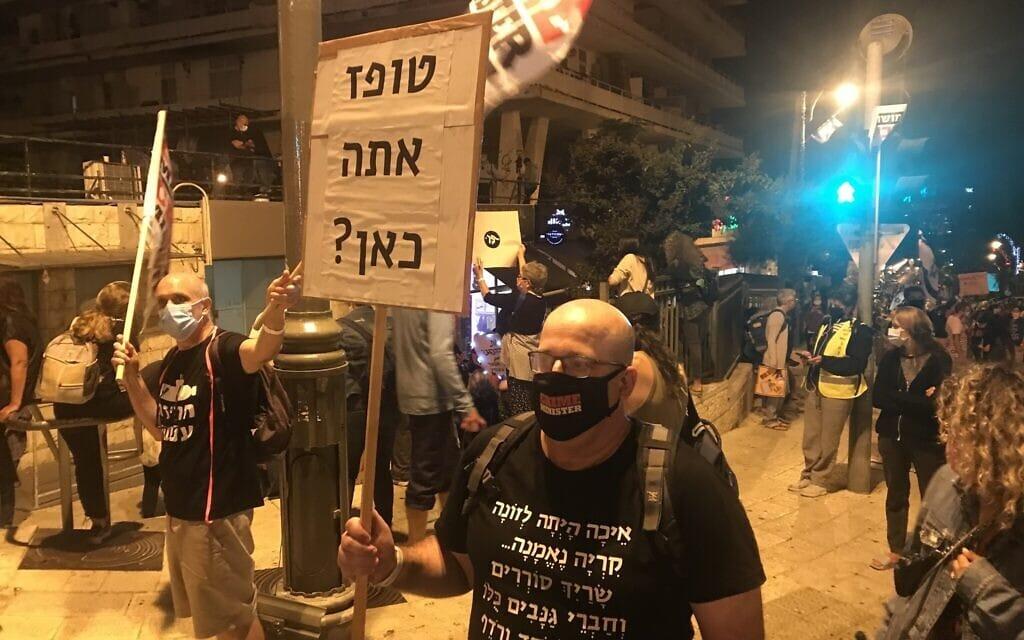 עוטים מסכות, שומרים על ריחוק – ומציגים שלטים יצירתיים. ההפגנה בבלפור, 26 בספטמבר 2020 (צילום: אמיר בן-דוד)
