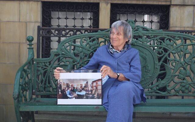 טרודי ג'רמיאס בת ה-94 התחילה לארח את השטם טיש ב-2015. כאן, ב-2020, היא מציגה צילום של הפגישה הקבועה שלהם בימי רביעי, שהתקיימה אצל קודמתה, גבי גלוקסליג (צילום: האנה הרנסט)