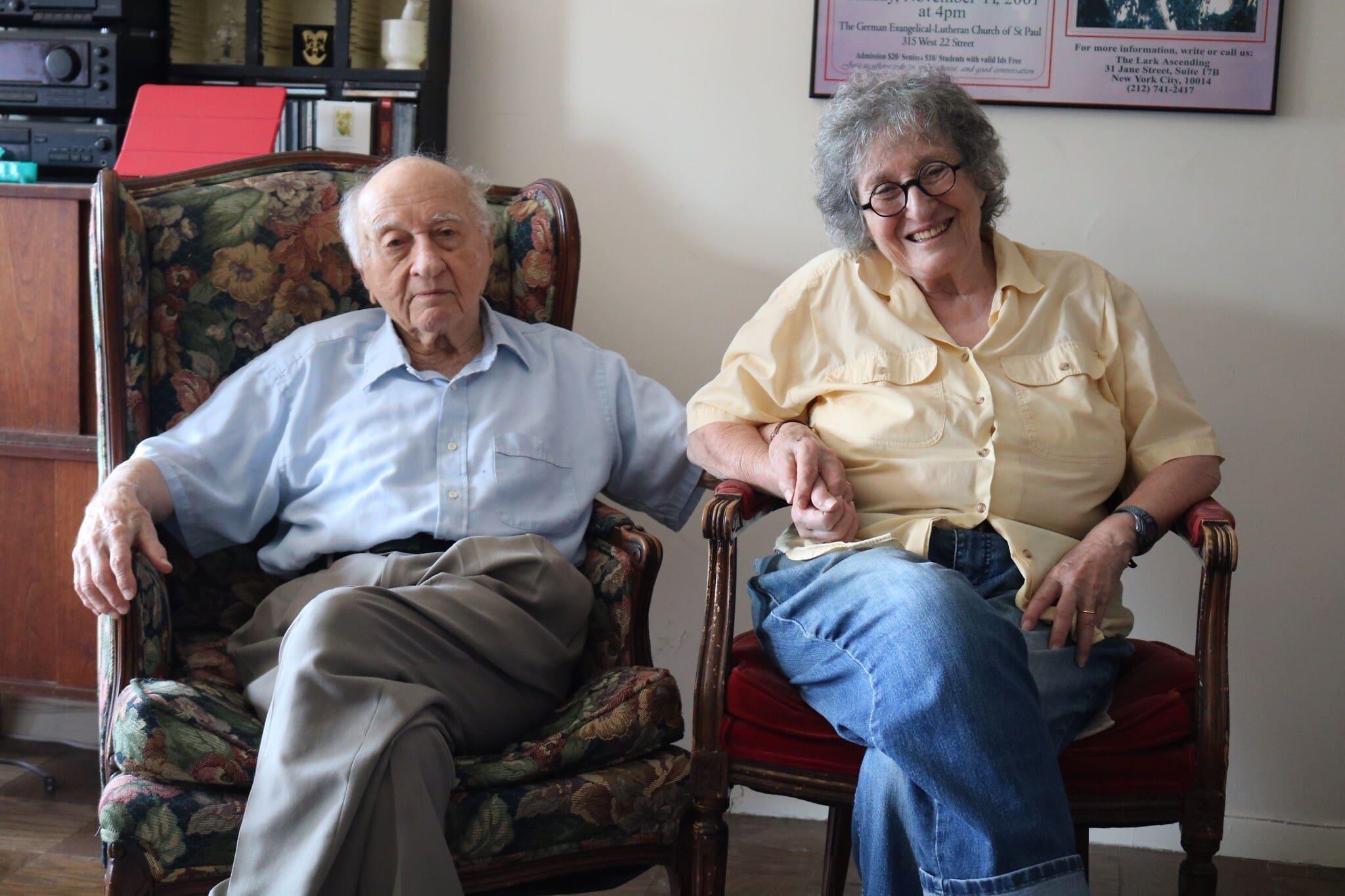 ארנולד גרייסל, 97, עם אשתו ננסי בוגן, 88, בדירתם בניו יורק, 2020. בני הזוג הם אורחים קבועים בשטם טיש, שם סלט תפוחי האדמה הווינאי של ארנולד הוא פריט חובה בכל שבוע (צילום: האנה הרנסט)