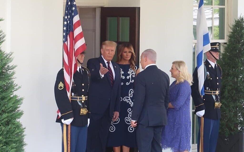 בני הזוג טראמפ מקבלים את פני הזוג נתניהו בכניסה לבית הלבן, לרגל חתימה על שלום בין ישראל, בחריין והאמירויות, 15 בספטמבר 2020 (צילום: ג'ייקוב מגיד / טיימס אוף ישראל)