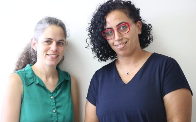 """עולא נג'מי-יוסף (מימין) ורות לוין-חן, מנהלות מיזם """"קהילות בטוחות"""", בארגון יוזמות אברהם"""