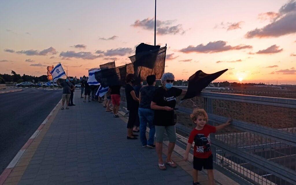 הפגנה נגד נתניהו בגשר בית רבן, מחאת הדגלים השחורים, 24 בספטמבר 2020 (צילום: מחאת הדגלים השחורים)