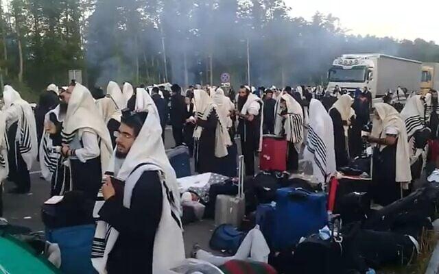 צילום מסך מגבול בלארוס, הברסלבים שאינם מורשים להכנס מתפללים בגבול
