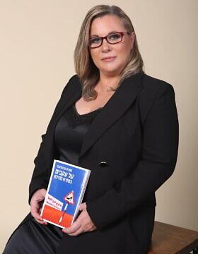 קסניה סבטלובה וספרה החדש (צילום: M-STUDIO, באדיבות קסניה סבטלובה)