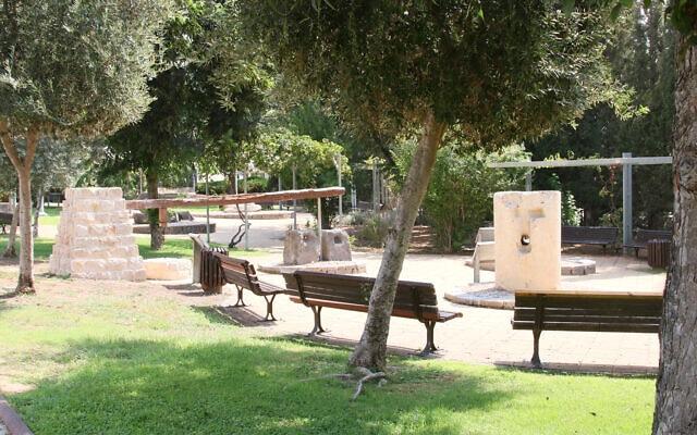 פארק קטן בגן הארכיאולוגי הוד השרון הכולל ספסלים, עצים, צמחים ופרחים (צילום: שמואל בר-עם)