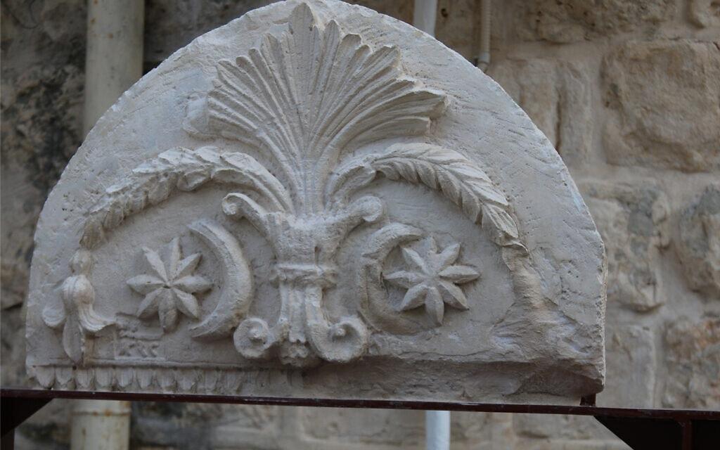 אבן מעוטרת בתצוגה הארכיאולוגית של הרובע היהודי בירושלים (צילום: שמואל בר-עם)