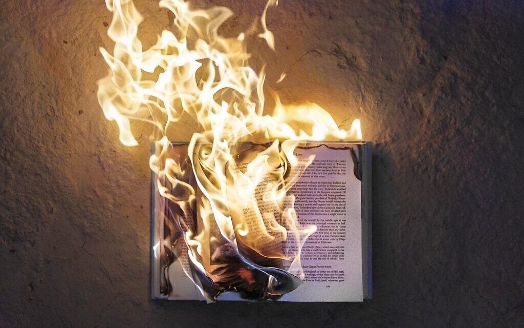 אילוסטרציה לשריפת ספרי קודש (צילום: Photo by Fred Kearney on UnSplash)