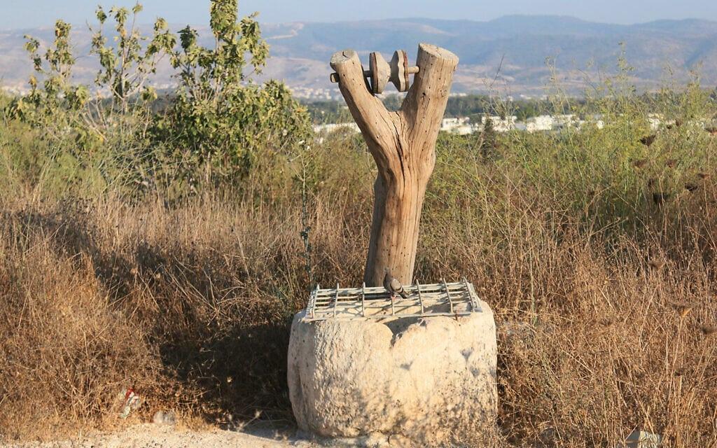 פתח בור מים בגן הארכיאולוגי גבעת התיתורה. הדלי היה תלוי מהעץ בתקופה בה מקור המים היה בשימוש (צילום: שמואל בר-עם)