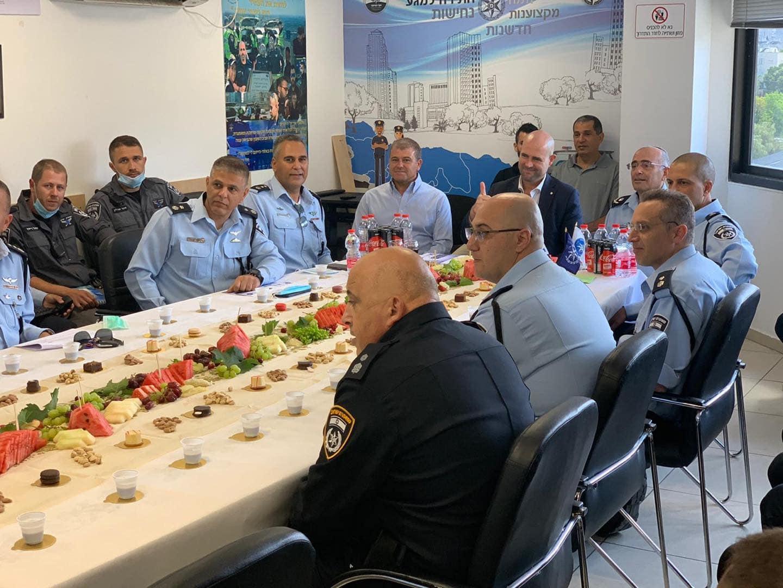 השר לבטחון פנים אמיר אוחנה במפגש עם כל צמרת המשטרה, ללא שמירה על כללי הריחוק החברתי שקבעו, 25.5.2020, מתוך הפייסבוק של השר