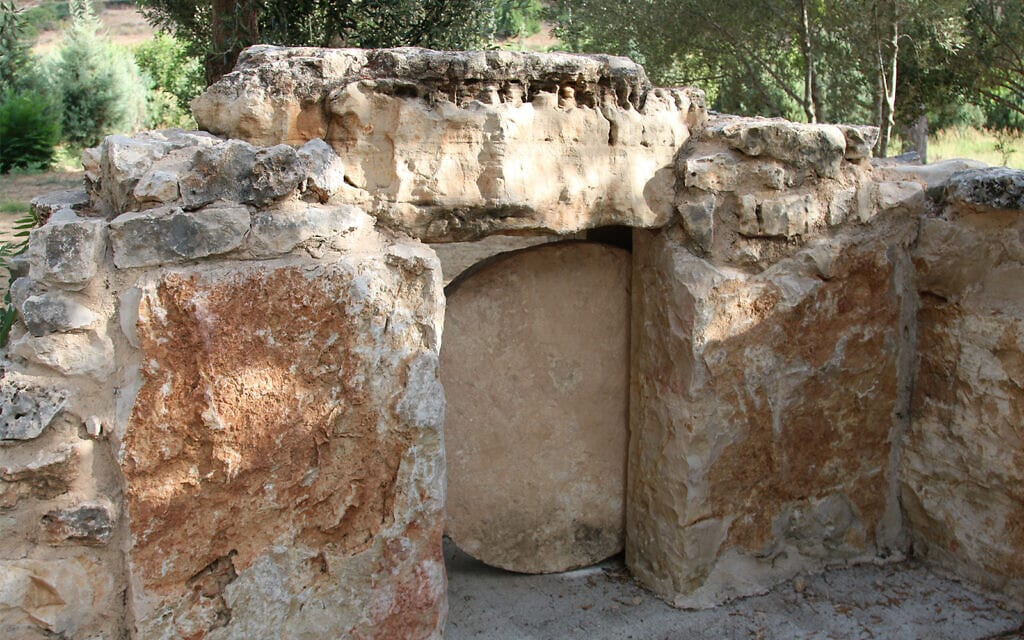 אבן ריחיים מהווה דלת לקבר בגן הארכיאולוגי גבעת ישעיהו (צילום: שמואל בר-עם)